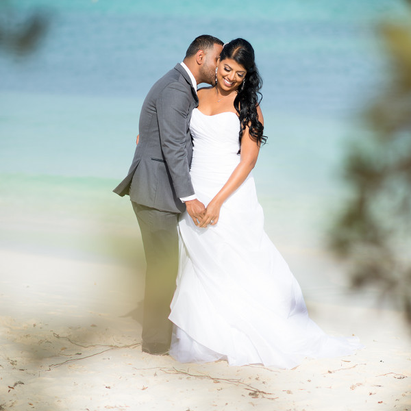bride and groom at eagle beach in Aruba